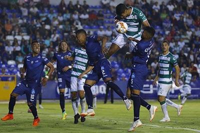 Las jugadas a balón detenido no fueron bien aprovechadas por Santos.
