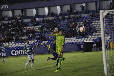 El arquero Acevedo observa la caída de su meta.
