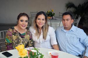 16082018 PRESENTES EN FESTEJO.  Guadalupe, Gaby y Juan Ángel.