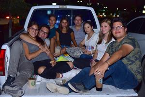 16082018 GRATOS MOMENTOS.  Amigos disfrutaron de una buena película en el Autocinema.