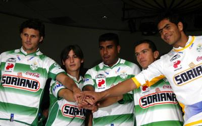 Ludueña (centro) junto a Fernando Ortíz, Jorge Iván Estrada, Juan Pablo Rodríguez y Oswaldo Sánchez.