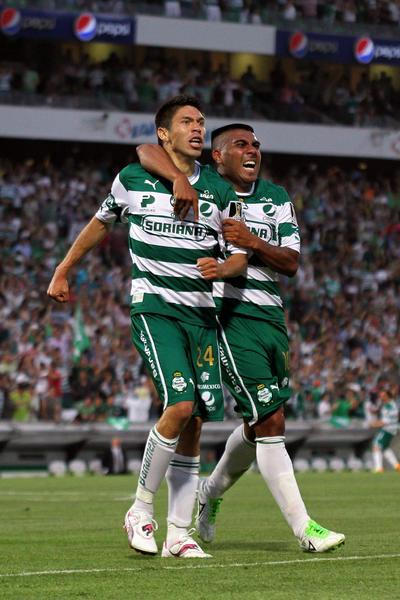 Daniel Luedueña festejando junto a Oribe Peralta.