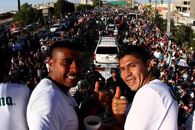 """""""Hachita"""" Ludueña junto a Oribe Peralta durante el festejo del cuarto campeonato de Santos Laguna."""