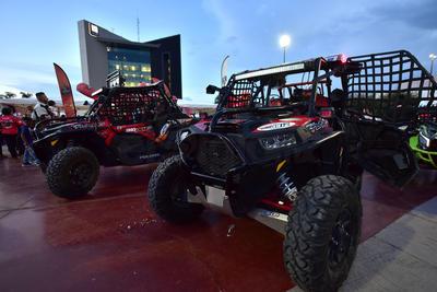 Gran exhibición dieron algunos vehículos en la Plaza Mayor de Torreón.