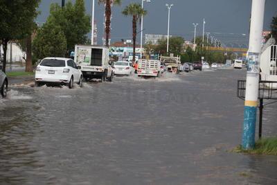 Fuerte lluvia, granizo y viento desquician a la capital de Durango