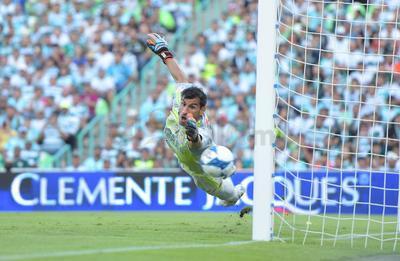 Así vio Nahuel Guzmán entrar a la portería el tiro de Jonathan Rodríguez.