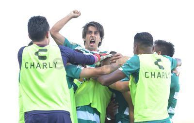 Javier Abella festeja eufóricamente la victoria.