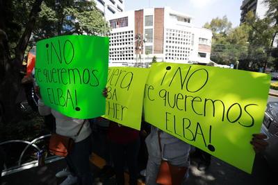 """Los manifestantes exhibieron mantas en las que señalaban rechazo contra Gordillo Morales, en las que decía: """"Fuera Elba Esther""""; """"No te queremos Elba"""", """"Tu lugar es la cárcel""""; """"Votos x libertad = impunidad""""; """"Robaste a los maestros""""; """"Tú negociaste la reforma, ¿ya lo olvidaste?""""."""