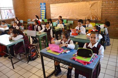 Con la entrega de paquetes escolares dio inicio el ciclo escolar 2018-2019 en el estado de Coahuila, por lo que 621 mil 900 estudiantes de nivel básico volvieron a las aulas, de las más de 4 mil 180 instituciones educativas con las que cuenta la entidad.