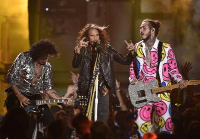 Post Malone junto a Aerosmith y 21 Savage, interpretaron los temas de Rockstar,  Dream On y More!.