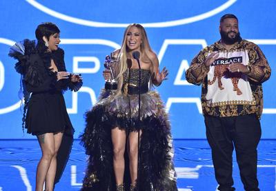 Jennifer López recibió el reconocimiento especial Vanguardia. La cantante se encuentra entre los primeros 100 artistas más reproducidos de YouTube, tan sólo este año, ha conseguido 980 millones de visualizaciones. Durante su discurso de agradecimiento, reconoció que no ha sido una carrera fácil.