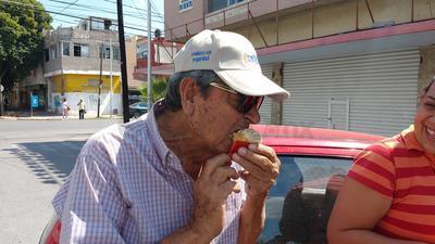 """Y es que en esta panadería ubicada sobre la calle Blanco entre las avenidas Allende y Matamoros, se prepararon más de 250 """"manteconchas"""" en un par de horas, las cuales se agotaron de inmediato."""