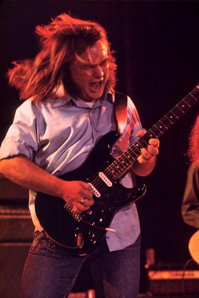 """""""Ed era nuestro hermano y un gran compositor y guitarrista"""", dijo Gary Rossington, miembro fundador de la agrupación. """"Sé que se reunirá con el resto de los muchachos en el Cielo del Rock and Roll""""."""