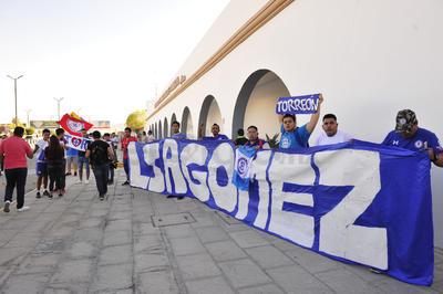 Fieles aficionados de Cruz Azul en la región se dieron cita para recibir al cuadro capitalino.
