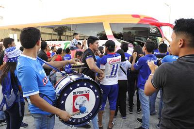 Arropados por el fiel e incondicional apoyo de sus seguidores, la Máquina Celeste de la Cruz Azul arribó a la Comarca Lagunera.