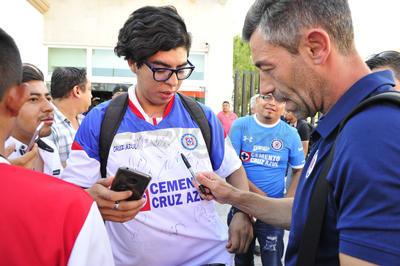 Uno de los más asediados por los aficionados fue el técnico Pedro Caixinha.