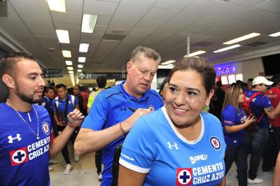 También el director deportivo, Ricardo Peláez, fue de los más solicitados en la terminal aérea.