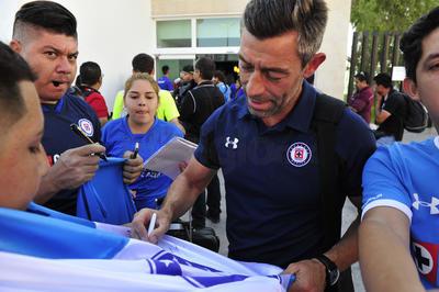 El técnico portugués atendió amablemente a todos y cada uno de los que se acercaban con él.