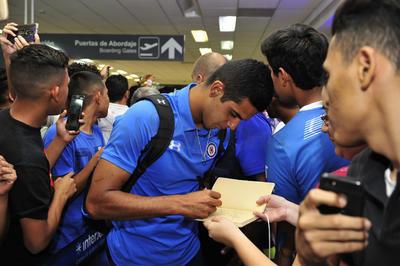 Los jugadores se dieron el tiempo necesario para dar autógrafos a sus aficionados.