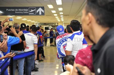 La afición celeste en Torreón espero paciente a su equipo.