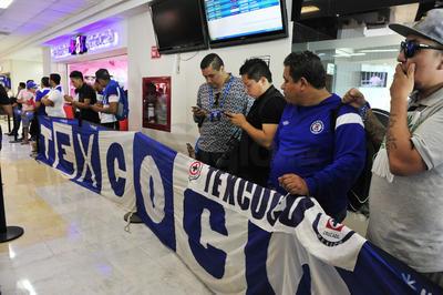 Desde muy temprana hora de la tarde, los aficionados celestes esperaban impacientes la llegada del equipo.