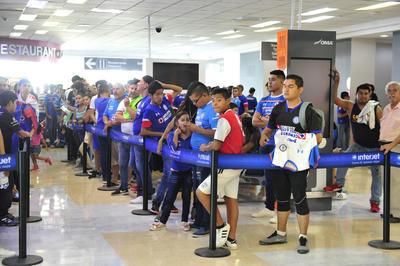 Más de 200 aficionados cementeros de todas las edades, se reunieron en el Aeropuerto Internacional Francisco Sarabia de Torreón, para vitorear a sus ídolos.