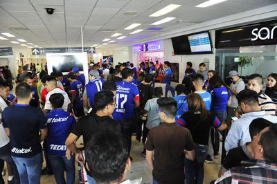 Los aficionados laguneros abarrotaron el aeropuerto de Torreón.
