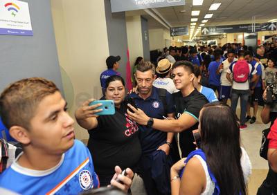 Uno de los más asediados para la foto del recuerdo fue el técnico Pedro Caixinha.
