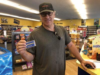 Un hombre muestra su tarjeta de membresía.