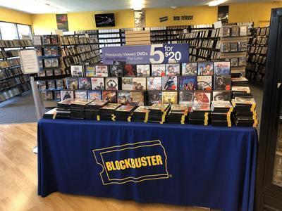 Fotografía donde se muestra la sección dedicada a las ofertas en el interior del último Blockbuster.