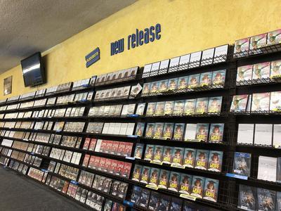 Fotografía donde se muestra la sección dedicada a los nuevos estrenos en el interior del último Blockbuster.