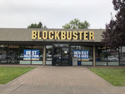 Fotografía donde se aprecia la fachada del último Blockbuster de Estados Unidos ubicado en Bend, Oregón.