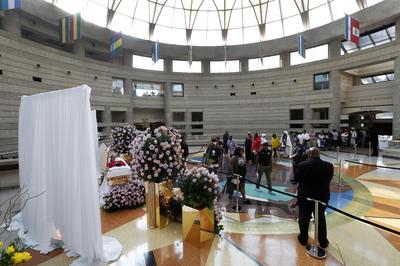 """Miles de personas se han formado para rendir honores a la """"Reina del soul"""", Aretha Franklin, fallecida el 16 de agosto pasado y cuyo cuerpo permanecerá expuesto este martes y mañana en el Museo de Historia Afroestadunidense Charles H. Wright, en el centro de Detroit."""