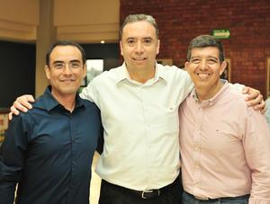 29082018 ENTRE AMIGOS.  Ricardo Garibay, Rafael Graciano y Venancio Saucedo.