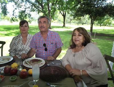 Norma Elizondo, Gustavo González e Irma de González.