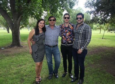 La Sra. Laura Silvia Muñoz González junto a su esposo Javier Elizondo y sus hijos Miguel y Javier.