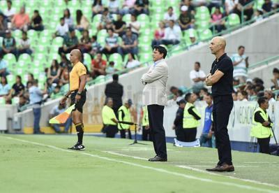 """""""Pako"""" Ayestaran, director técnico de Tuzos y Salvador Reyes, entrenador de Santos Laguna."""