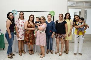 30082018 FIESTA DE CANASTILLA.  Karina González con algunas de sus invitadas a su baby shower.