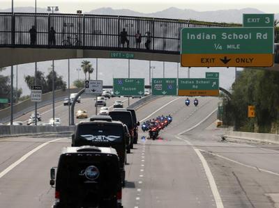 Antes del servicio religioso, del que fueron parte por lo menos una treintena de colegas de McCain en la Cámara Alta, el cuerpo del senador fue transportado en una caravana desde el Capitolio estatal de Arizona.