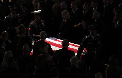 """En el templo, donde los presentes recibieron de pie el ataúd envuelto en la bandera estadounidense, y un coro entonó """"Amazing Grace"""", dedicaron unas palabras a McCain hijos y familiares, además del exfiscal general de Arizona Grant Woods, quien por años fue jefe de equipo del senador."""