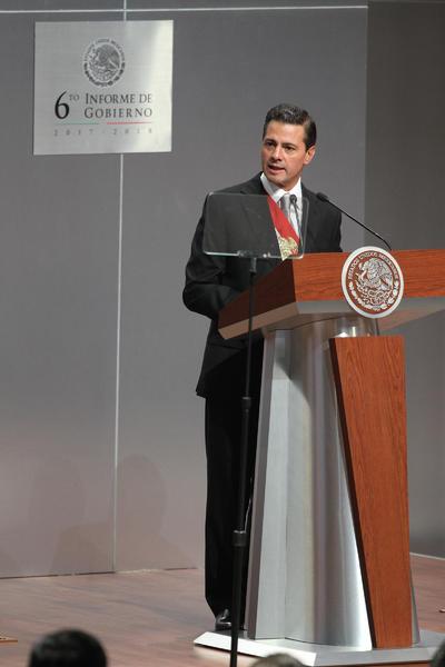 Al hablar sobre el combate a los grupos criminales, sostuvo que durante los primeros años de la administración se lograron reducir los niveles de violencia.