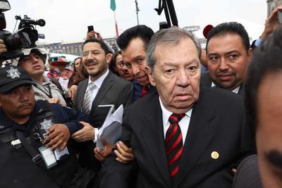 Martí Batres, presidente del Senado, y Porfirio Muñoz Ledo, presidente de la Cámara de Diputados, a su llegada al Sexto Informe de Gobierno.