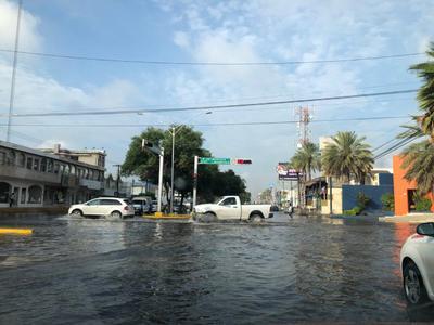 Conductores y ciudadanos despertaron con la sorpresa de ver las calles bajo el agua.