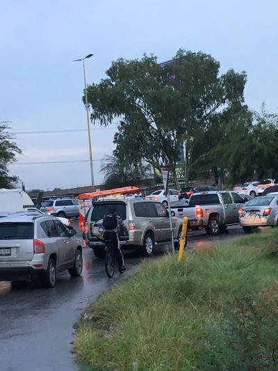 El tráfico se vio afectado por largas filas de vehículos.