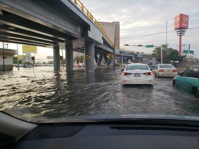 Asimismo en Torreón los efectos de las lluvias dejaron un caos vial.