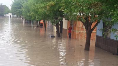 Algunos vecinos quedaron sorprendidos tras la cantidad de agua acumulada afuera de sus domicilios.