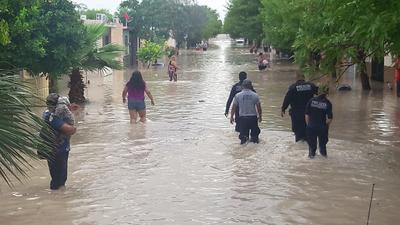 Elementos de la Policía de Piedras Negras realizan un recorrido tras las colonias inundadas.