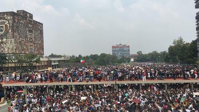 A la protesta se sumaron padres de familia en apoyo a la demanda de más seguridad en el interior de Ciudad Universitaria.