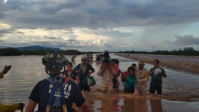 En la zona centro, elementos de Protección Civil establecieron cuadrillas de apoyo en numerosos localidades y la comunidad de El Limón de Los Ramos, que han quedado incomunicadas por las lluvias torrenciales e inundaciones.