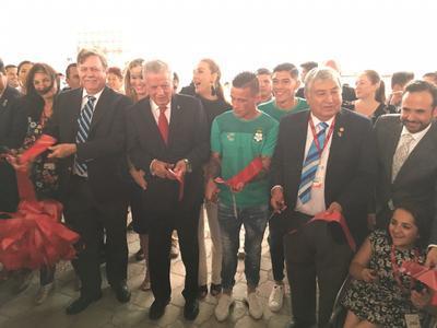Autoridades locales, así como integrantes del Club Rotario y los jugadores del Santos, Gerardo Arteaga y Brian Lozano, fueron los encargados de cortar el listón inaugural a las 20:00 horas.